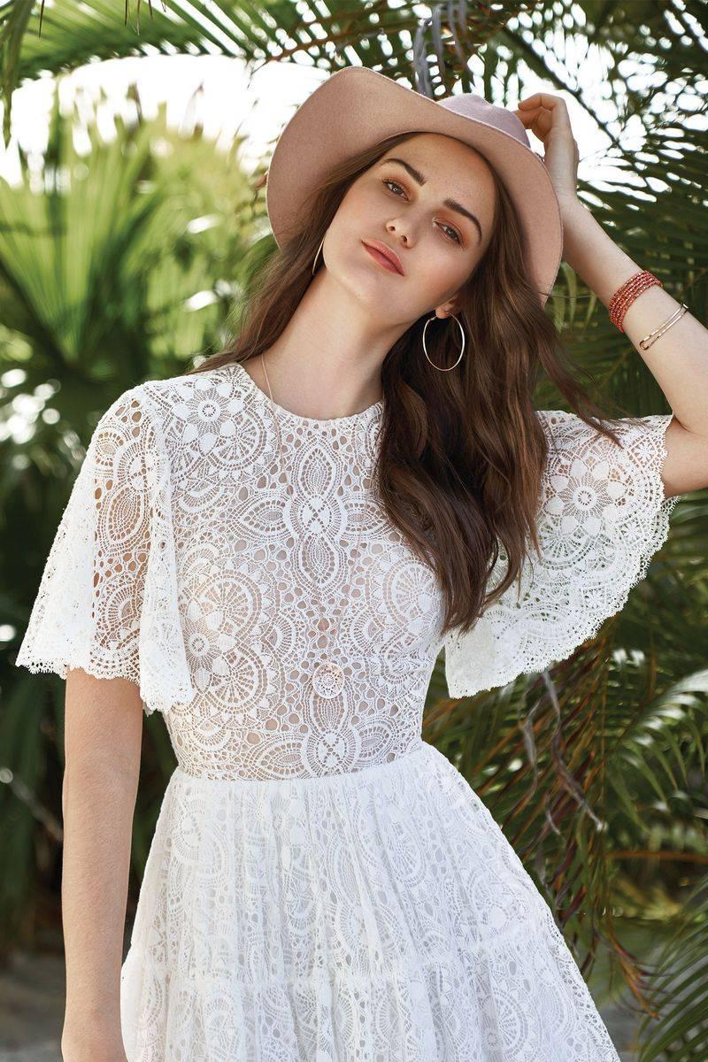 d28ee8452c7 Cette robe de mariée Lillian West référence 66030 est de forme courte évasée  ...