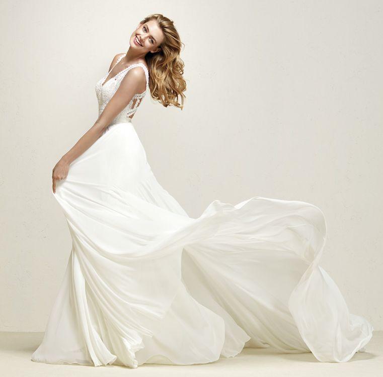 ROBE PRONOVIAS Robe de mariée vintage en mousseline fluide et le bustier en dentelle guipure à galons entrecroisés, le dos nu papillon est surprenant fermeture à boutons, cette robe de mariée Pronovias référence Dramia, simple et chic est d'une éléga